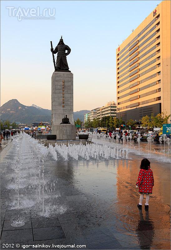 Памятник Ю Сун Сину в Сеуле, Южная Корея / Фото из Южной Кореи