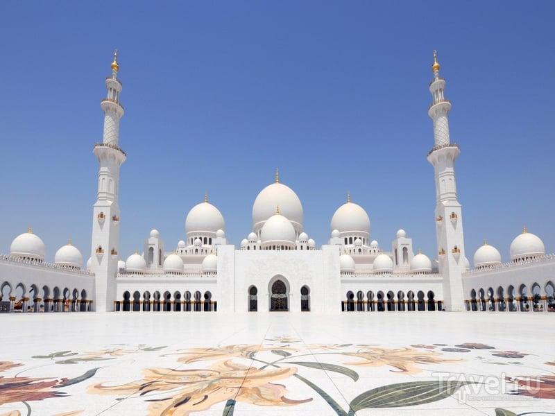 Вход в мечеть Шейха Заеда открыт не только мусульманам, но и представителям других конфессий, Абу-Даби / ОАЭ