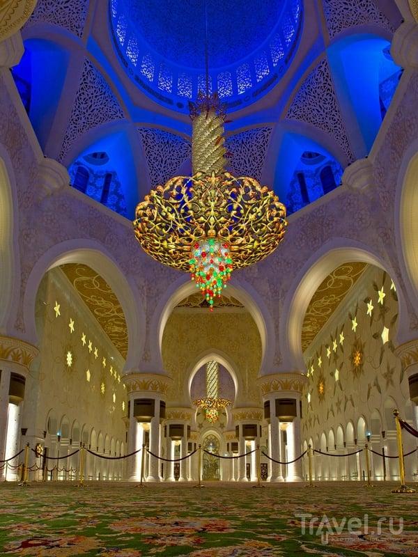 Люстра из кристаллов Сваровски в мечети Шейха Заеда достигает десяти метров в диаметре, Абу-Даби / ОАЭ