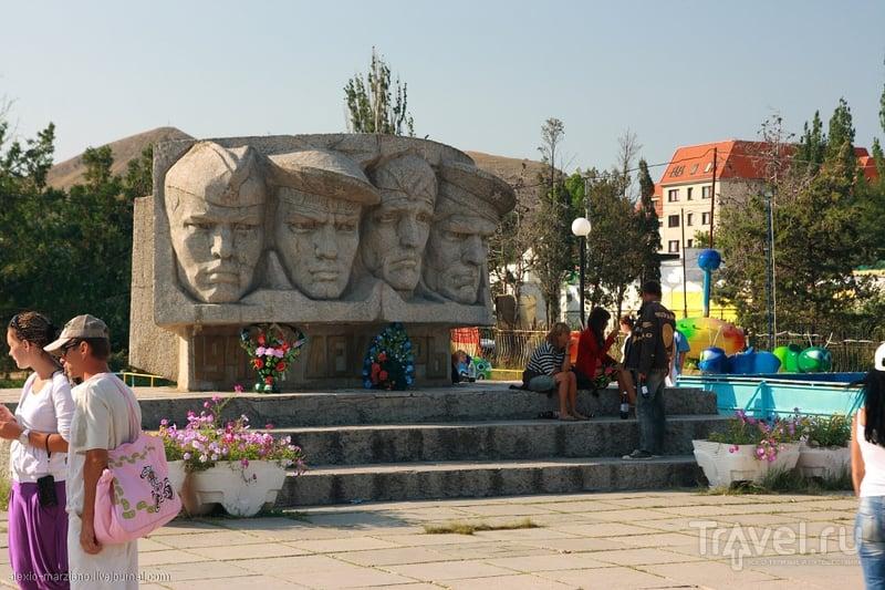 Памятник участникам Керченско-Феодосийского десанта в Коктебеле / Фото с Украины