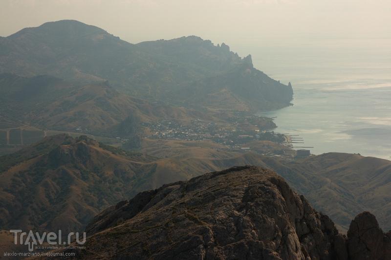 Поселок Курортное и отроги вулкана Карадаг, Украина / Фото с Украины