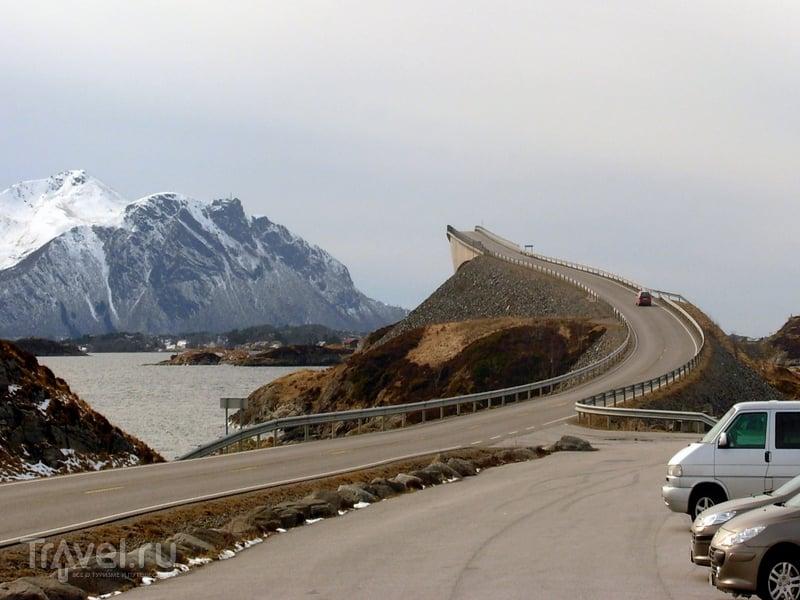 Автомобили, движущиеся по мосту Storseisundet, будто бы с трамплина ныряют в воды Северного моря, Норвегия / Норвегия