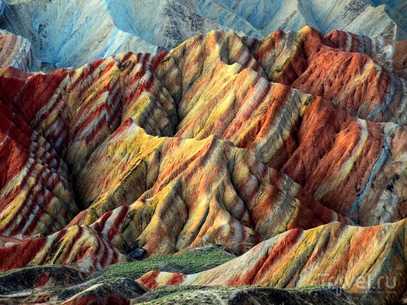 Разноцветные холмы геологического парка Данься в Китае / Китай