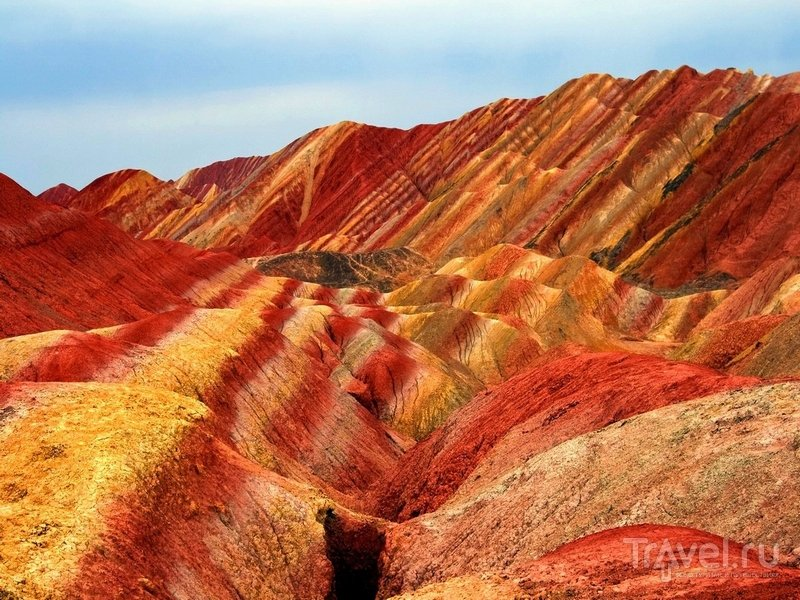 Разноцветные холмы заповедника Данься - результат движения земной коры, выветривания и эрозии / Китай