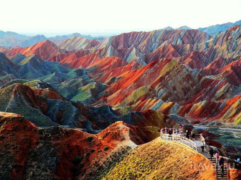 Возвышенности парка Данься cформированы из разноцветного песчаника / Китай