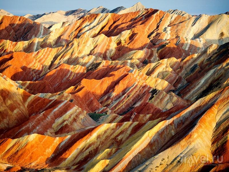 Природные ландшафты геологического парка Данься со множеством пещер, гротов и оврагов / Китай