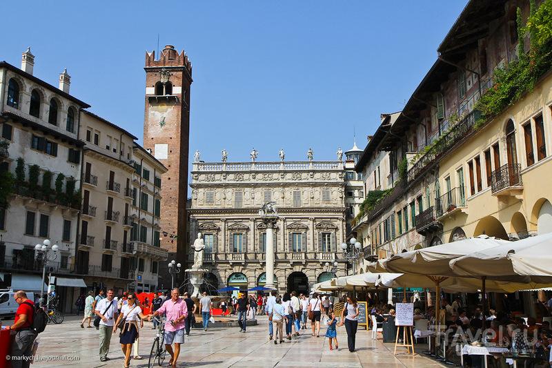 Пьяцца делле Эрбе (Травяная площадь) в Вероне, Италия / Фото из Италии