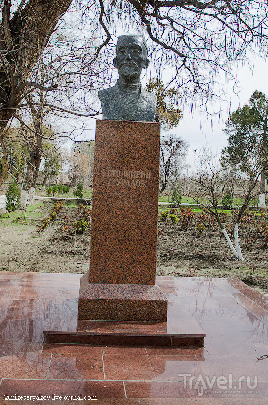 Памятник архитектору Уста-Ширин Мурадову в Бухаре, Узбекистан / Фото из Узбекистана