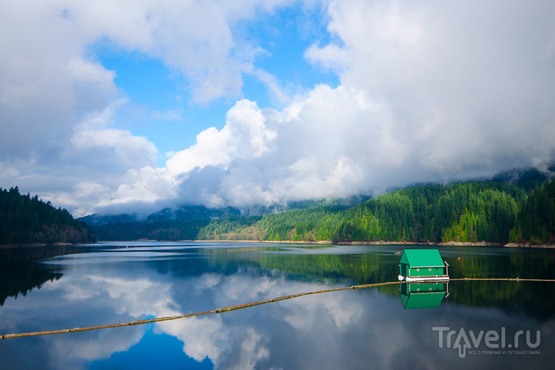 Озеро Капилано (Capilano Lake) у подножия горы Грауз, Канада / Фото из Канады
