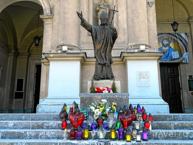 Памятник Иоанну Павлу II перед костелом Всех Святых в Варшаве, Польша / Фото из Польши