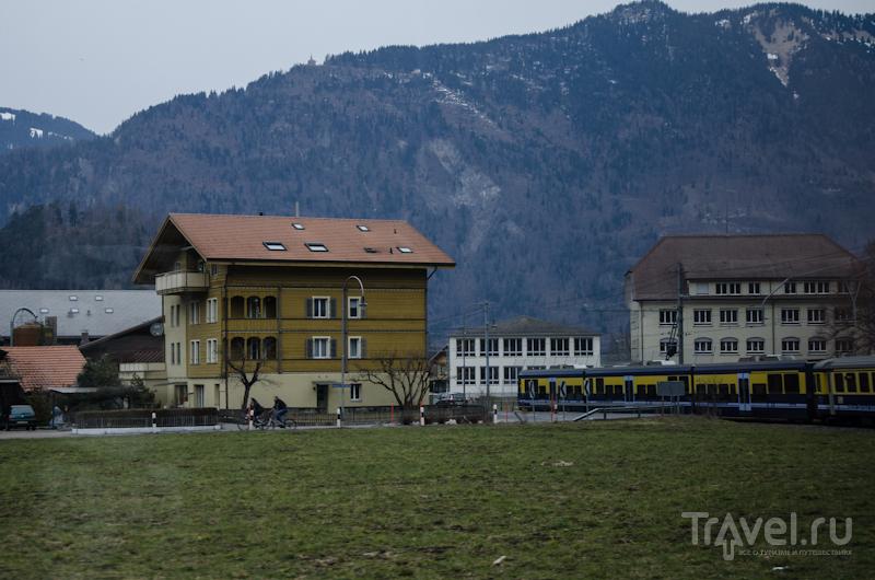 Поезд идет по долине Лаутербруннен / Фото из Швейцарии