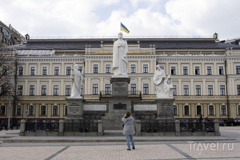 Памятник княгине Ольге, просветителям Кириллу и Мефодию, а также Андрею Первозванному в Киеве, Украина  / Фото с Украины