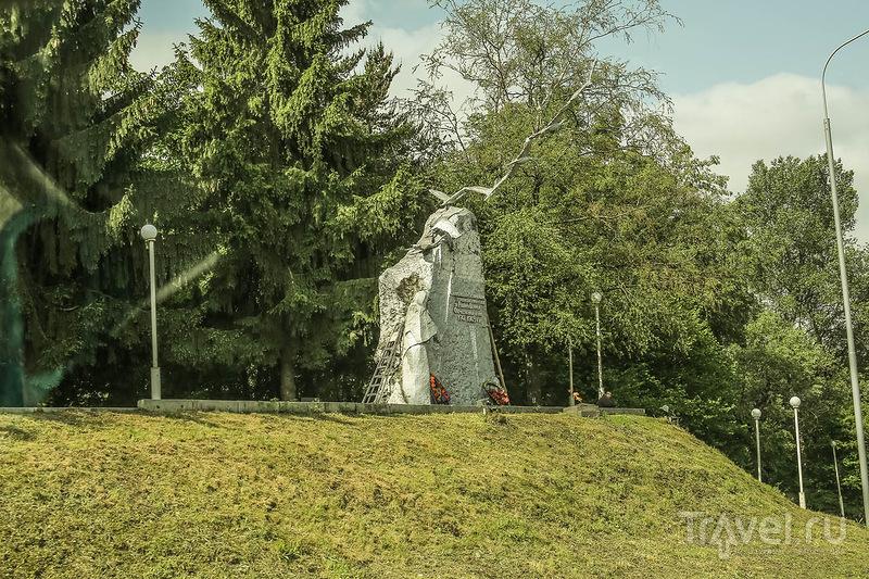 Памятник семи братьям Газдановым в селе Дзаурикау в Северной Осетии, Россия / Фото из России