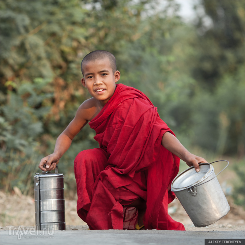 Рассвет над рисовыми полями и кормление монахов / Мьянма