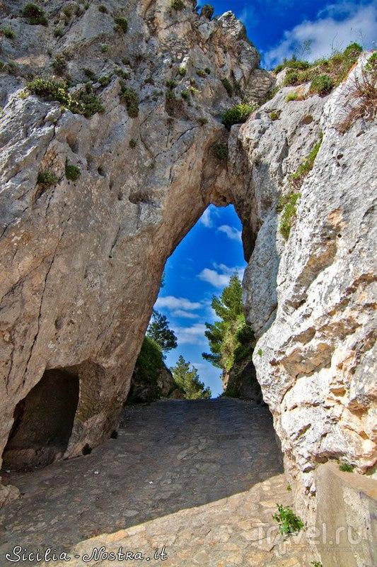Натуральный проход в скале Lu Pirtusu, Италия / Фото из Италии