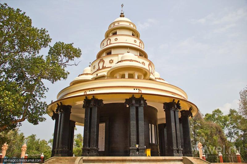 Центральный храм на территории Ашрама Sivagiri Mutt в Варкале, Индия / Фото из Индии
