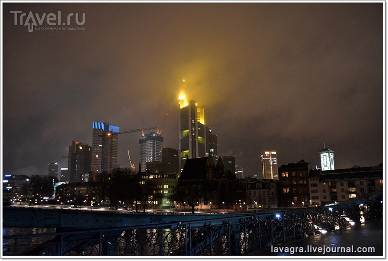 Ночной Франкфурт - в окружении небоскрёбов / Фото из Германии