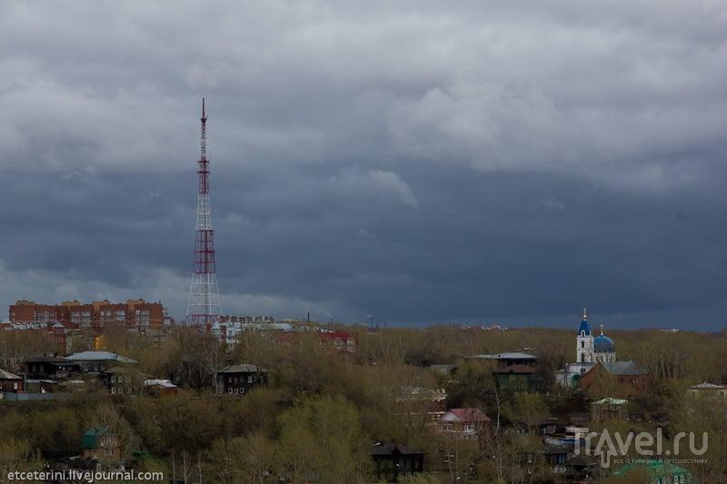 Телебашня и Свято-Троицкая церковь в Томске, Россия / Фото из России
