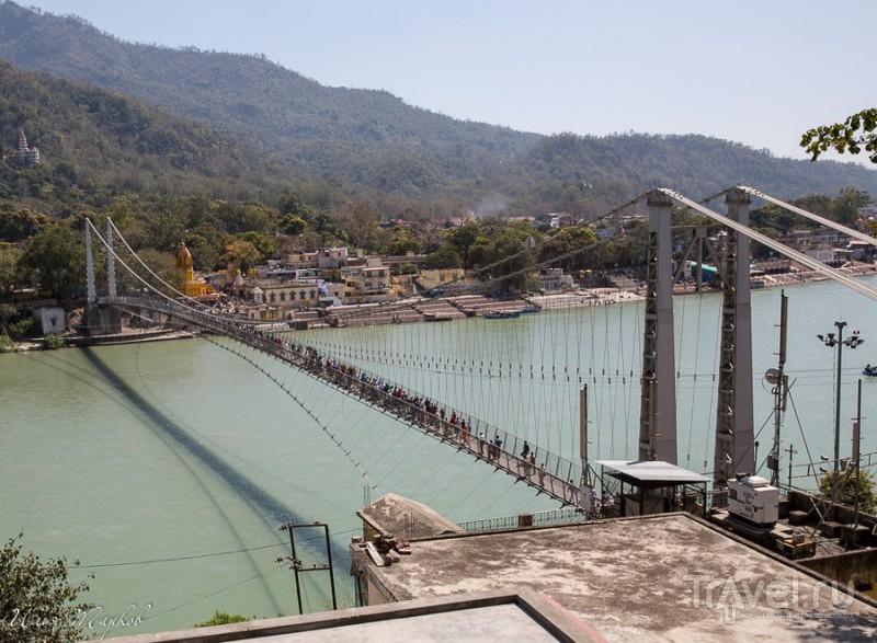 Пешеходный мост через Гангу Рам Джула в Ришикеше, Индия / Фото из Индии