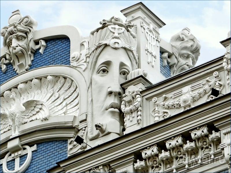 Кружевные балконы, диковинные вытянутые женские лица и невиданные драконы на фасадах рижских зданий, Латвия / Латвия