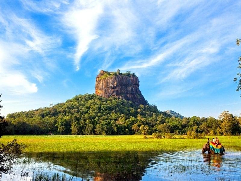 Высота Львиной скалы составляет 150 метров над заросшим джунглями плато / Шри-Ланка
