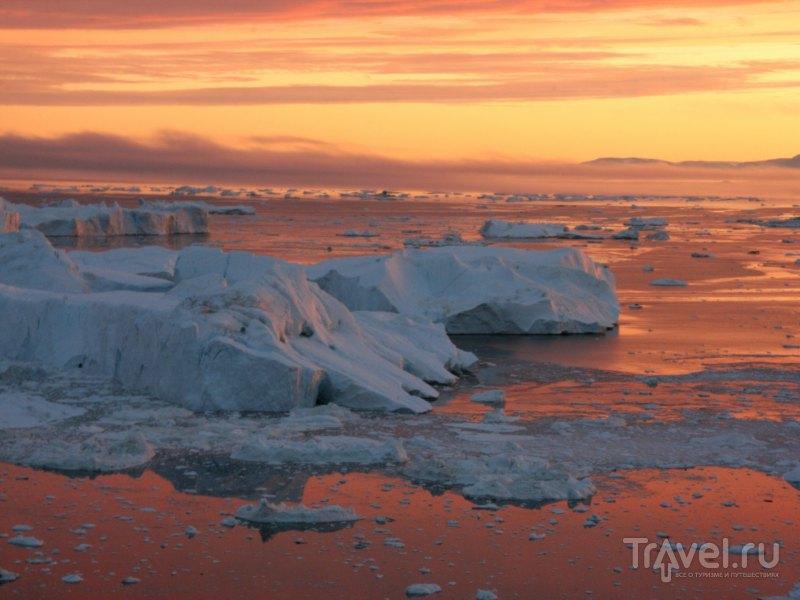 На закате белоснежные глыбы отсвечивают перламутровыми оттенками / Гренландия