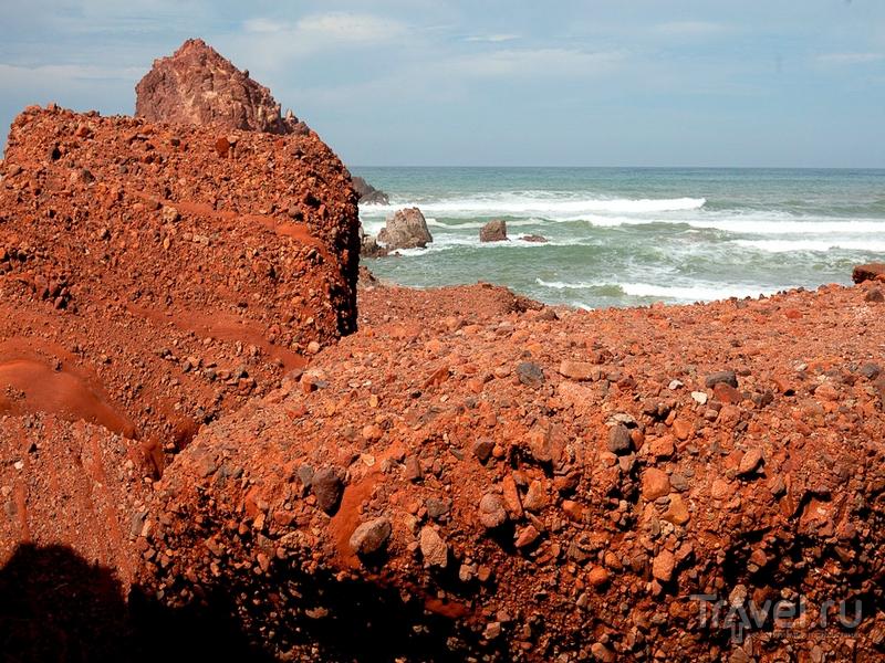 Скалистые участки побережья на пляже Легзира в Марокко / Марокко