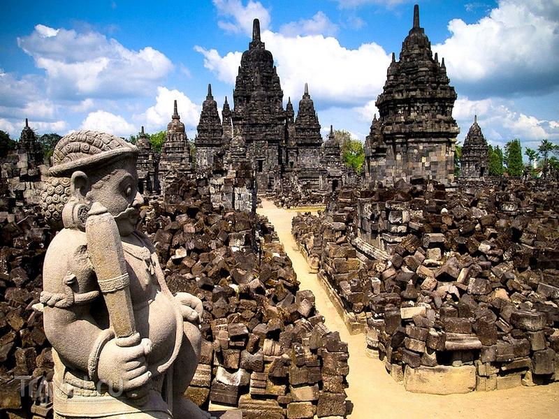 Храмовый комплекс Прамбанан на индонейзийском острове Ява посвящен Шиве, Вишну и Брахме / Индонезия
