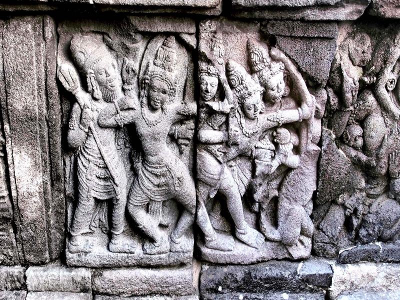 Украшенные каменными рельефами святилища на территории храмового комплекса Прамбанан в Индонезии / Индонезия