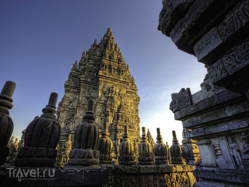 Над верхней платформой храмового комплекса возвышаются три святилища, Индонезия / Индонезия