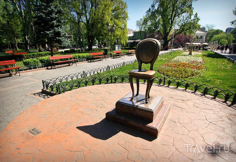 Памятник 12-ому стулу на площади Остапа Бендера в Одессе, Украина / Фото с Украины