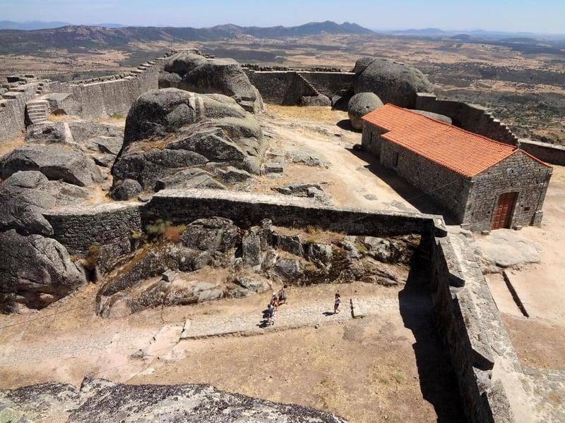 Монсанто ежедневно посещают сотни туристов, Португалия / Португалия