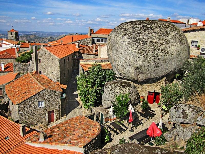 В Монсанто расположены сувенирные лавки, кафе, рестораны и гостевые дома, Португалия / Португалия
