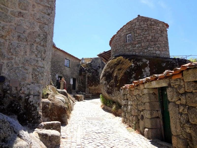 Дома в Монсанто зажаты промеж скальных выступов, Португалия / Португалия