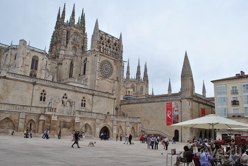 Площадь короля Фернандо Святого в Бургосе, Испания / Фото из Испании