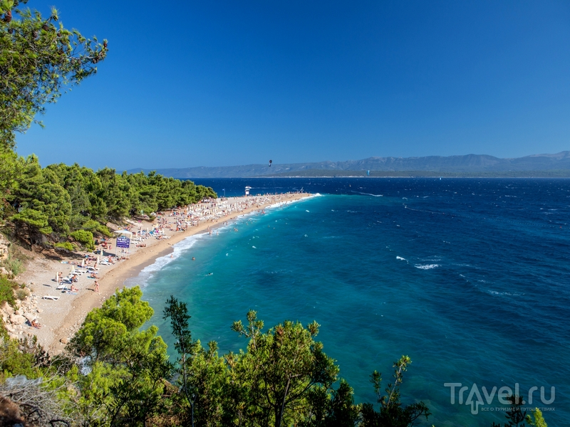 Окруженный сосновыми лесами пляж Златни-Рат в Хорватии / Хорватия