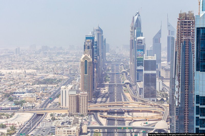 Шоссе шейха Зайда (Sheikh Zayed Road) в Дубае, ОАЭ / Фото из ОАЭ