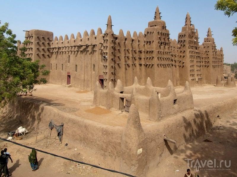 Великая мечеть Дженне в пойме реки Бани, Мали / Мали