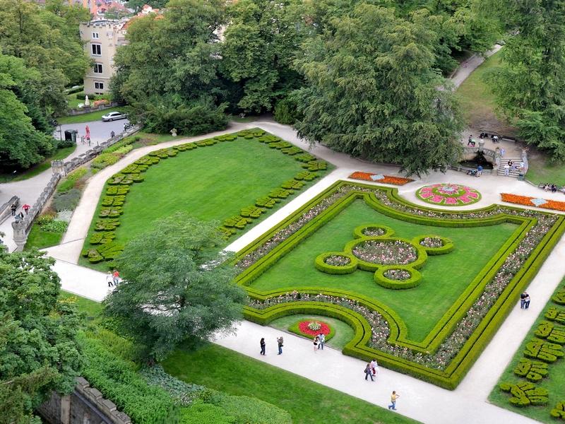 На территории комплекса Глубока-над-Влтавоу расположены сады в английском стиле / Чехия