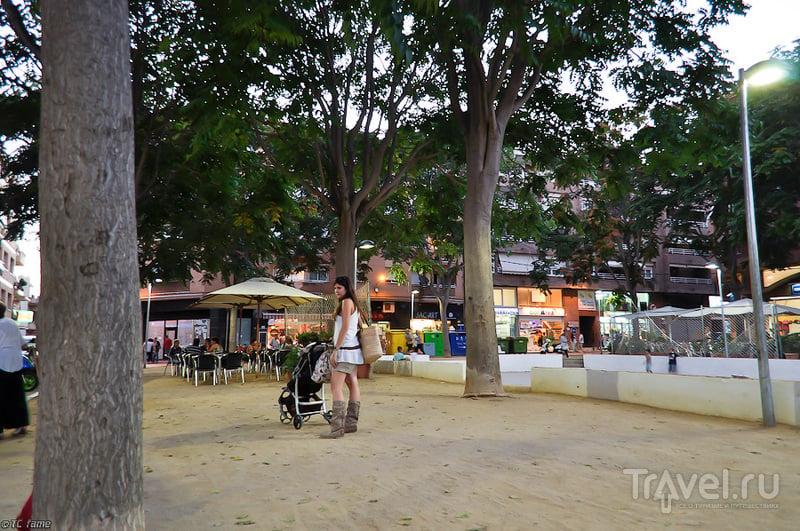 Площадь Пласа-де-лес-Мелиес в Пинеда-де-Мар, Испания / Фото из Испании