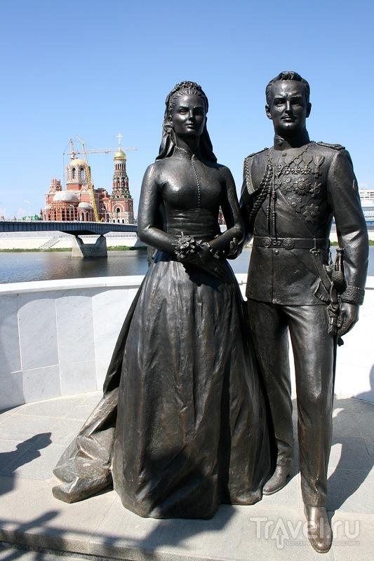 Памятник Грейс Келли и князю Монако Ренье Третьему в Йошкар-Оле, Россия / Фото из России