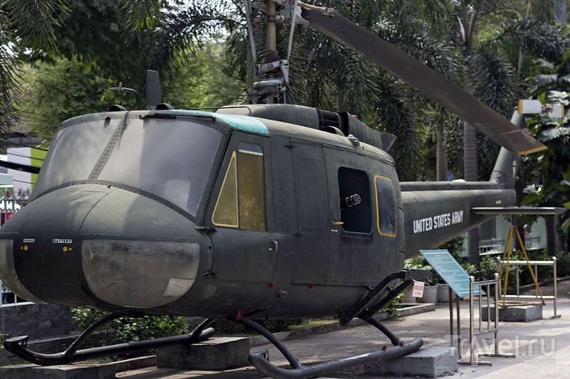 """Вертолет UH-1 """"Ирокез"""" из экспозиции военного музея в Хошимине, Вьетнам / Фото из Вьетнама"""
