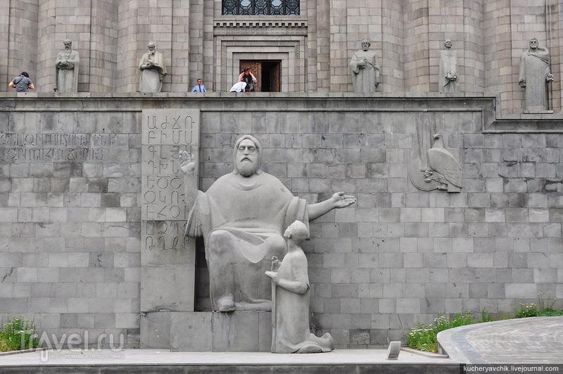 Памятник изобретателю армянской письменности Месропу Маштоцу перед институтом Матенадаран в Ереване, Армения / Фото из Армении