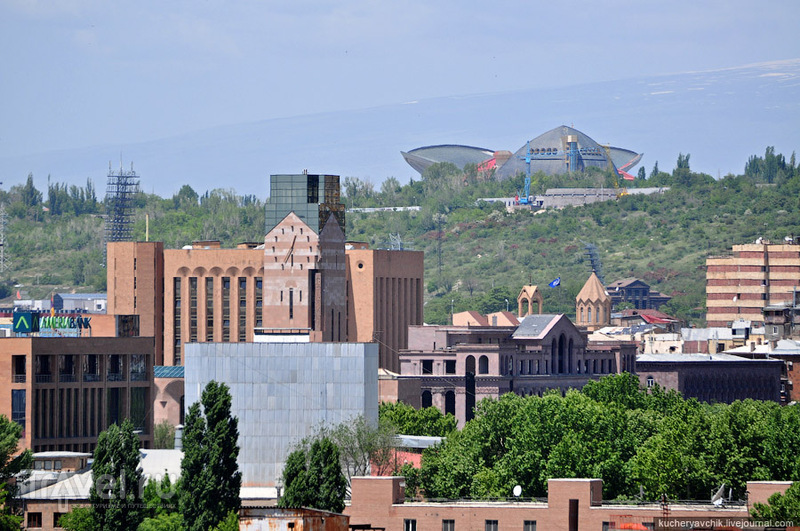 Вид на гору Цицернакаберд и спортивный комплекс в Ереване, Армения / Фото из Армении