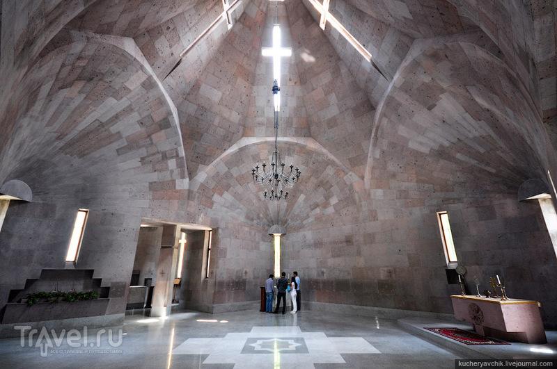 Современная церковь в Эчмиадзине / Армения