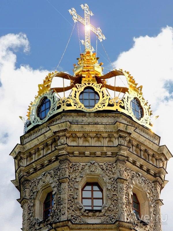 Вместо традиционного купола церковь Знамения Пресвятой Богородицы венчает золотая корона, Дубровицы / Россия