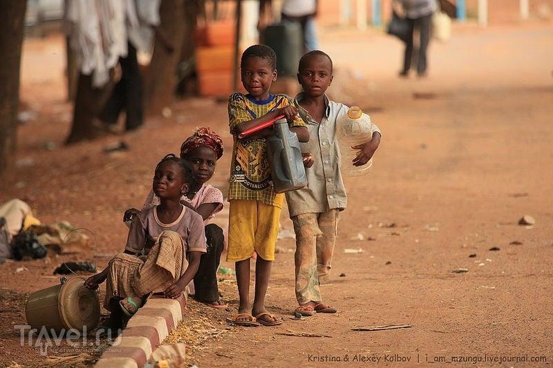 Нигер: Театр посреди Сахары. Эскорт за счет губернатора / Нигер