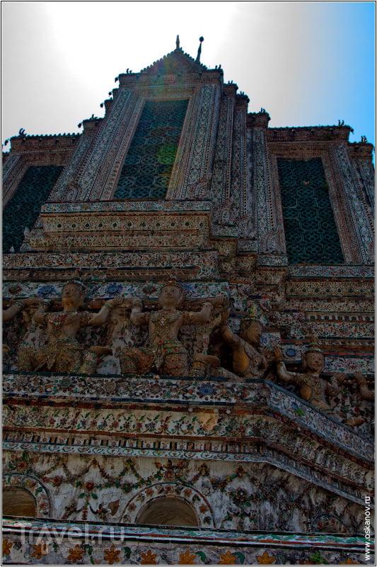 Стены храма затейливо украшены / Таиланд