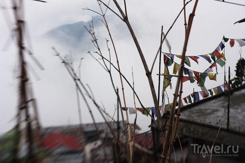 Между домами пролетают клочья облаков / Фото из Индии