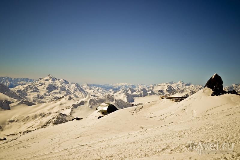 Приют Одиннадцати на высоте 4200 метров на Эльбрусе, Россия / Фото из России